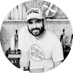 Benjamin artisan brasseur à la brasserie Petite Couronne